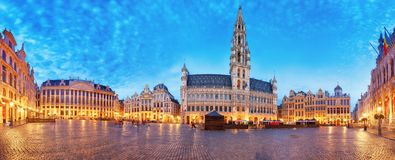 Grand Place in Brussel, panorama bij nacht, Belgi? stock fotografie