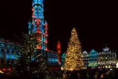 Grand Place, Bruxelles, Belgique avec des lumières de Noël Image stock