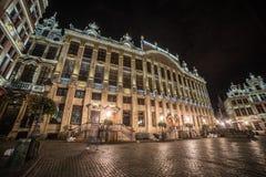 Grand Place de Bruxelas, Bélgica (noite disparada) imagem de stock