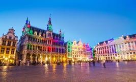 Grand Place em Bruxelas com iluminação colorida imagens de stock royalty free
