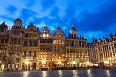Grand Place en Bruselas con noche enciende la visión Foto de archivo