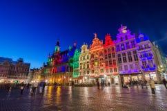 Grand Place med färgrik belysning på skymning i Bryssel Arkivbild