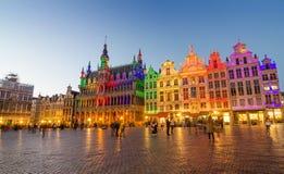 Grand Place met kleurrijke verlichting bij Schemer in Brussel Royalty-vrije Stock Fotografie