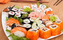 Grand plat coloré des sushi Photo stock