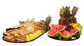 Grand plat des fruits et des gâteaux Photographie stock libre de droits