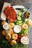 Grand plateau de petit déjeuner avec des bagels, des saumons fumés et des légumes image libre de droits
