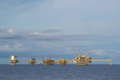Grand platfrom de production de pétrole et de gaz dans l'océan avec le ciel bleu Image stock