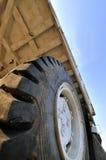 Grand pneu de chargeur de construction Images libres de droits