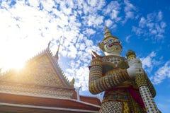 Grand point de repère géant d'héritage de statue à l'intérieur de Wat Arun à Bangkok, Thialand photo libre de droits