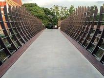 Grand pont fait à partir de la structure du vieux bateau et ciment d'abandon en Thaïlande Photos stock