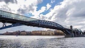 Grand pont piétonnier au-dessus de rivière de Moscou, timelapse clips vidéos