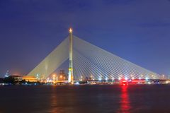 Grand pont suspendu avec l'éclairage dans la nuit Photographie stock