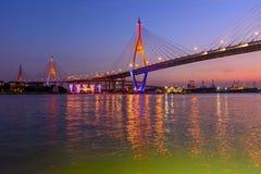 Grand pont suspendu dans le temps de coucher du soleil Photographie stock libre de droits