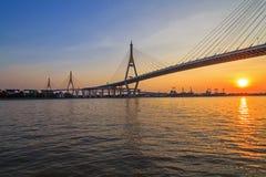 Grand pont suspendu dans le temps de coucher du soleil Photo libre de droits