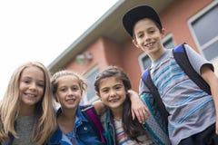 Grand portrait d'élève d'école en dehors des sacs de transport de salle de classe Images stock