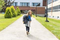 Grand portrait d'élève d'école en dehors des sacs de transport de salle de classe Images libres de droits