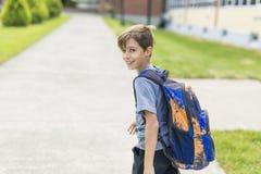 Grand portrait d'élève d'école en dehors des sacs de transport de salle de classe Photographie stock libre de droits