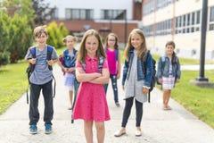 Grand portrait d'élève d'école en dehors des sacs de transport de salle de classe Image libre de droits
