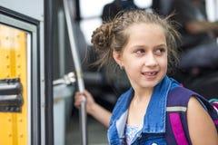 Grand portrait d'élève d'école en dehors des sacs de transport de salle de classe Photo stock