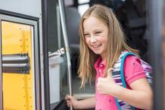 Grand portrait d'élève d'école en dehors des sacs de transport de salle de classe Photo libre de droits