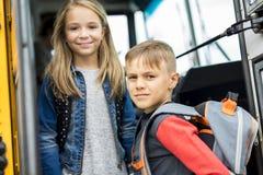 Grand portrait d'élève d'école en dehors des sacs de transport de salle de classe Photographie stock