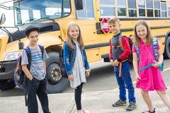 Grand portrait d'élève d'école en dehors des sacs de transport de salle de classe Photos libres de droits