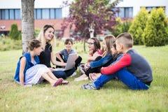 Grand portrait d'élève d'école en dehors des sacs de transport de salle de classe avec le professeur Images stock
