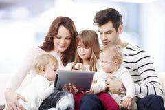 Grand portrait heureux de famille Photos libres de droits