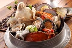 Grand pot chaud de Tang Emperor de la mer avec le poulpe frais, abalo images libres de droits