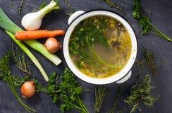 Grand pot du bouillon végétal Photographie stock libre de droits