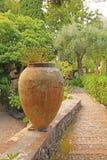 Grand pot en céramique de terre cuite en parc Jardin botanique de Taormina L'île de la Sicile, Italie photographie stock