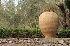 Grand pot en céramique de terre cuite en parc Jardin botanique de Taormina L'île de la Sicile, Italie photos stock