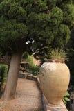 Grand pot en céramique de terre cuite en parc Jardin botanique de Taormina L'île de la Sicile, Italie photographie stock libre de droits