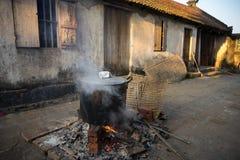 Grand pot pour faire cuire le gâteau de Chung extérieur, gâteau de riz visqueux carré, nourriture lunaire vietnamienne de nouvell Images stock