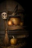 Grand potiron avec le chapeau et le balai noirs de sorcière Photos libres de droits