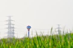 Grand réservoir d'approvisionnement en eau sur le fond clair de ciel Photos stock