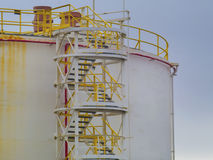 Grand réservoir de stockage de pétrole avec l'échelle Image stock
