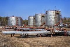 Grand réservoir de stockage de pétrole avec des valves et des tuyauteries Images libres de droits