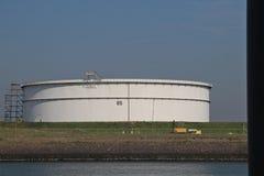 Grand réservoir pour le brut ou l'essence au raffinerie de pétrole BP Rotterdam dans le port d'Europoort dans le port de Rotterda photos libres de droits