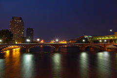 Grand Rapids alla notte immagini stock libere da diritti