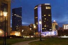Grand Rapids van de binnenstad bij Nacht stock foto's