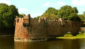 Grand rempart de fort de vellore avec des arbres Photos stock