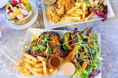 Grand repas avec des biftecks image stock