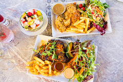 Grand repas avec des biftecks Photographie stock libre de droits
