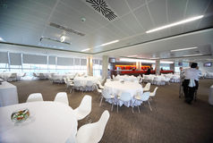 Grand restaurant confortable vide avec les tables blanches Photo libre de droits