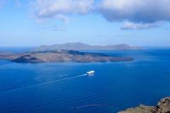 Grand revêtement de croisière de passager outre de la côte de l'île grecque de Santorini Matin chaud ensoleillé Voyage de croisiè photos libres de droits