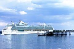 Grand revêtement de passager de luxe partant d'un port Images libres de droits