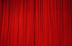 Grand rideau rouge en étape photo stock