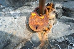 Grand Rusty Padlock - symbole d'amour Image libre de droits