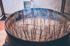 Grand sable de remblai de pots pour le bâton d'encens qui est utilisé pour adorer les dieux photo stock